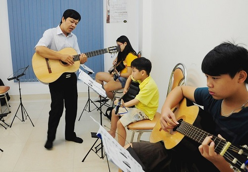 hoc-guitar-voi-thay-giao