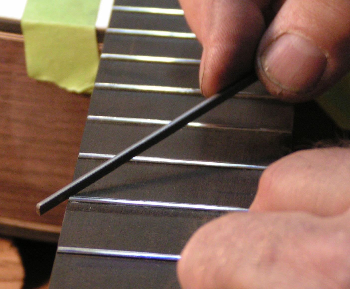 mài phím đàn guitar