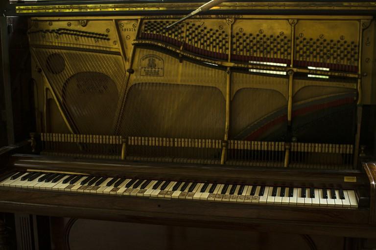 ben trong dan piano acoustic