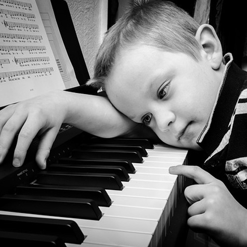 nen-mua-dan-piano-moi-hay-cu