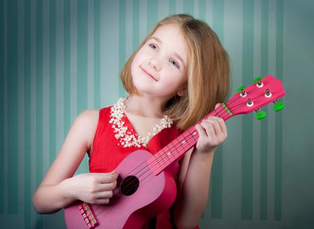 cho tre hoc ukulele