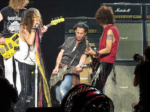 Johnny Depp choi guitar tren san khau